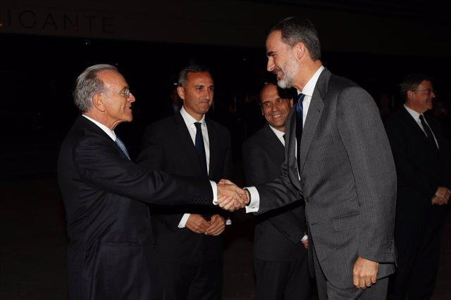 El Rey Felipe VI saluda a Isidro Fainé