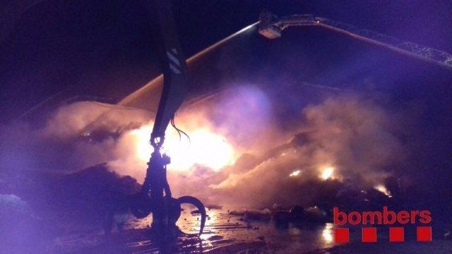 Incendi en una deixalleria de Sant Feliu de Llobregat (Barcelona)