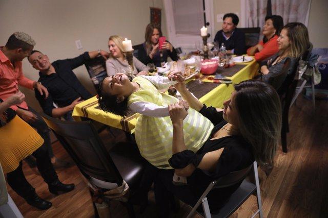 Familia inmigrante celebrando Acción de gracias