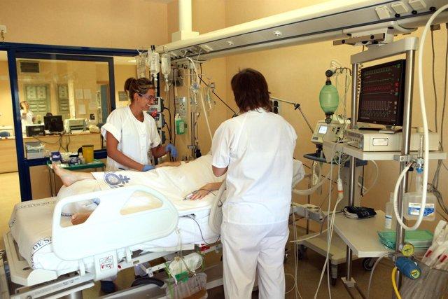 Enfermeras con un paciente en una habitación de hospital