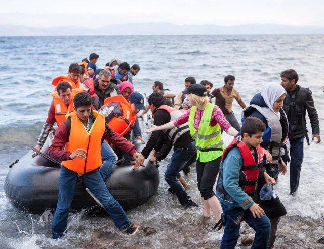Migrantes llegando en una barca hinchable