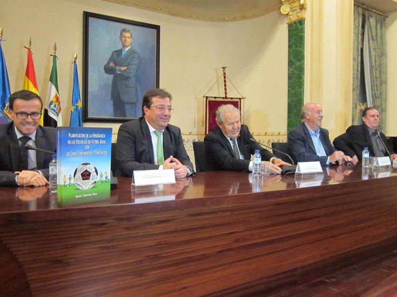 Del Bosque y Fernández Vara presentan en Badajoz un libro benéfico que versa sobre el fútbol base