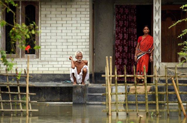 Una vivienda parcialmente sumergida por las inundaciones en el estado de Assam.
