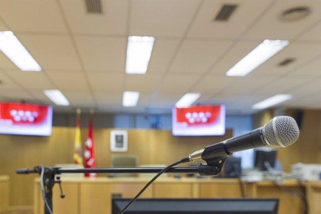 Mesa de acusado, acusados, micrófono de acusado, sala de vistas, sala de juicios