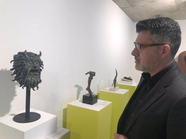 Lorca, observando una de las esculturas de Dalí propiedad de la Comunidad
