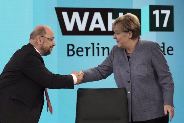 Shulz estrecha la mano a Merkel durante el debate postelectoral