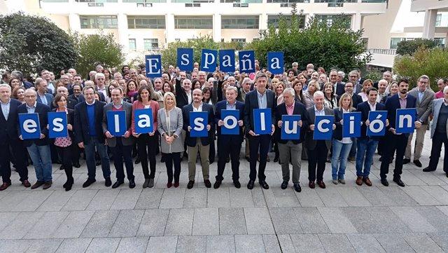 X. G. Albiol, J. Arenas y candidatos populares muestran el lema de campaña