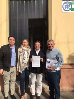 Moreno (2d) tras presentar las firmas pidiendo la apertura de los expedientes.