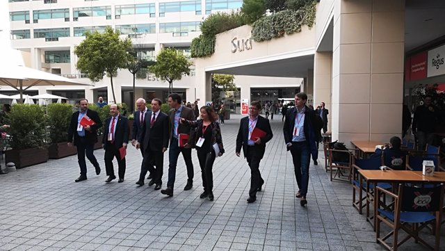 M.Iceta, Y.Papandreu y Pedro Sánchez acompañados de otros líderes socialistas