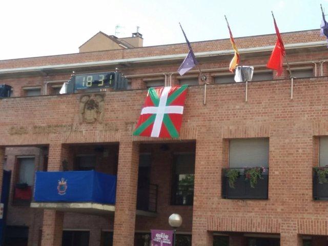 La ikurriña en el Ayuntamiento de Barañáin.