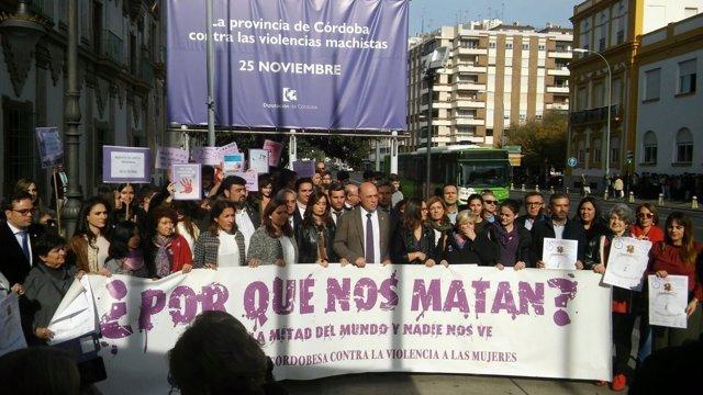 Antonio Ruiz (centro) encabeza la concentración a las puertas de la Diputación