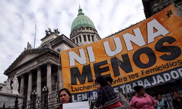 Pancarta 'Ni una menos' ante el Congreso argentino