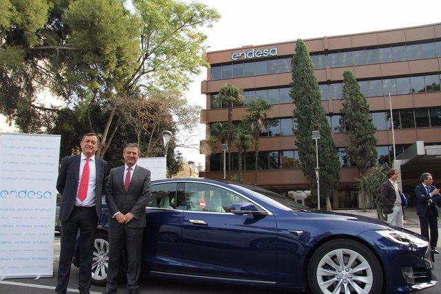 José Luis Puche y Francisco Arteaga, con el nuevo Tesla.