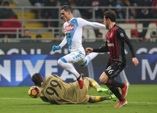 José Callejón, del Nápoles, remata en un partido ante el AC Milan