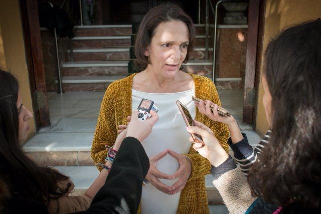 Carolina Bescansa atiende a los medios en Sevilla