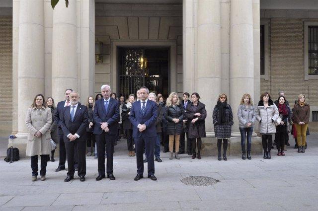 El delegado del Gobierno en Aragón ha presidido el minuto de silencio.