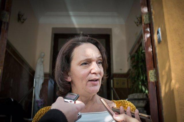 Carolina Bescansa atiende a los periodistas en Sevilla