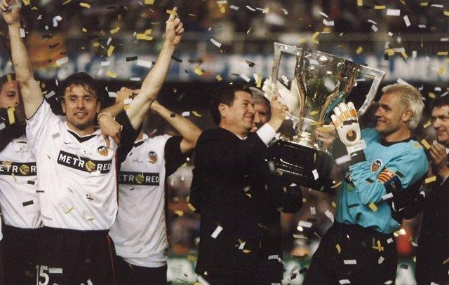 Orti levanta la copa de la Liga con Santi Cañizares