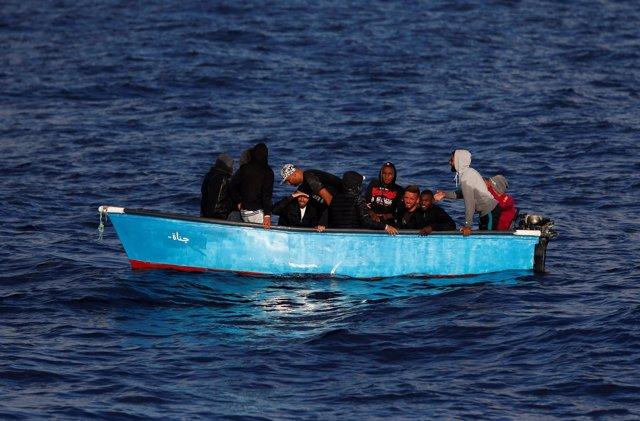 Migrantes en aguas internacionales cercanas a la costa de Libia