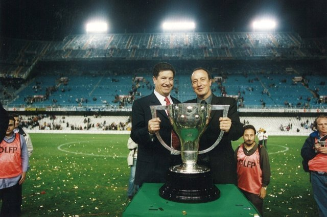 Jaume Ortí y Rafa Benítez celebran una Liga del Valencia en 2001