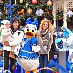 Óscar Casas vive con su hermano pequeño la Navidad más mágica en Disneyland París
