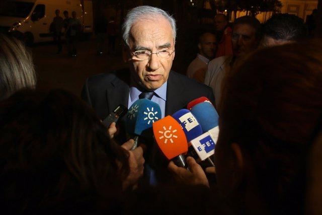 Alfonso Guerra atiende a los medios en Sevilla
