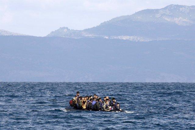 Refugiados afganos se aproximan a la isla de Lesbos (Grecia)
