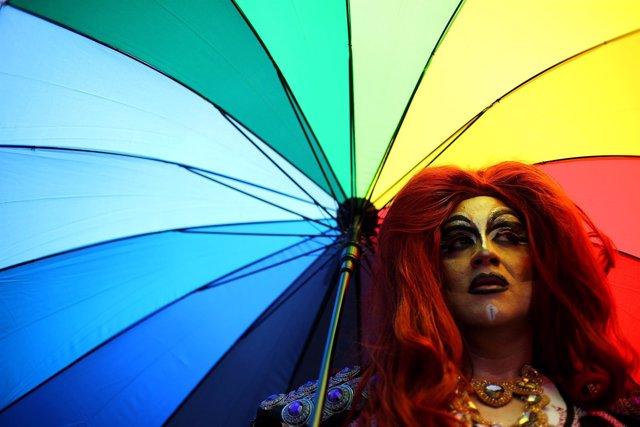 Un activista sujeta un paraguas para protestar a favor del matrimonio igualitari