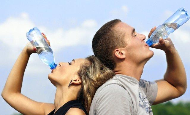 Mujer y hombre bebiendo agua
