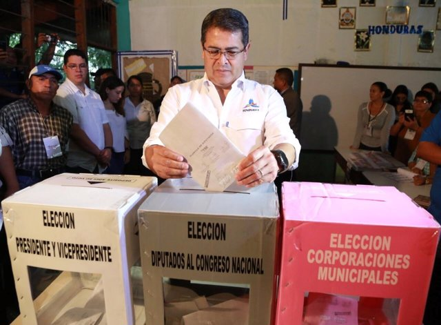Juan Orlando Hernandez vota en comicios presidenciales 2017