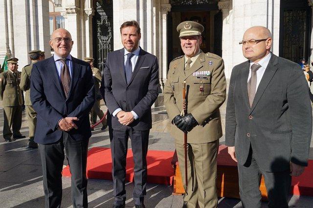 El alcalde, junto a otras autoridades en el acto de homenaje a los caídos