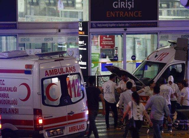 Ambulancias en el aeropuerto de Estambul atendiendo a las vícitmas del atentado