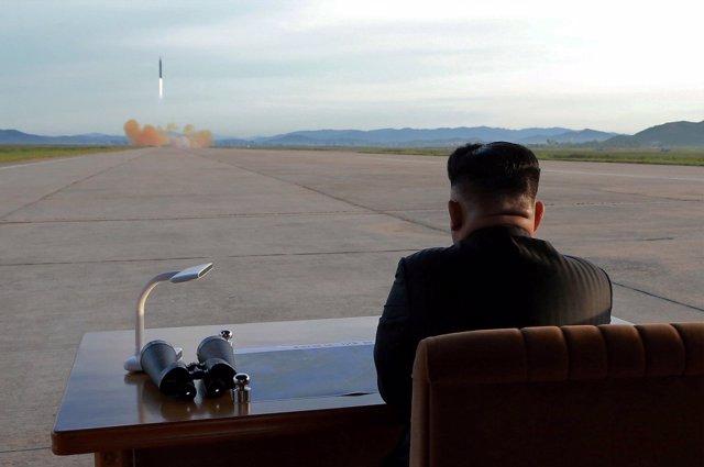 Kim Jong Un ve el disparo de un misil Hwasong-12