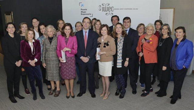 El c.Delegado de CaixaBank G.Gortázar con finalistas del Premio Mujer Empresaria