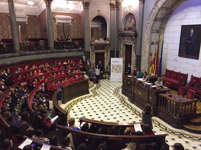 Pleno del Ayuntamiento de València con niños
