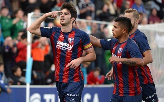 El Huesca sujeta el liderato goleando al Tenerife