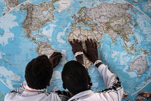 Solicitantes de asilo gambianos analizando su viaje