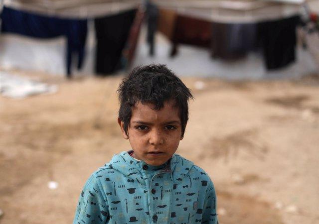 Niño en un campamento para desplazados internos de Qana