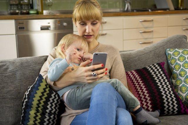 Mujer, hijo, madre, telemedicina