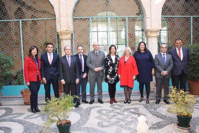 Representantes institucionales y empresarios durante el encuentro