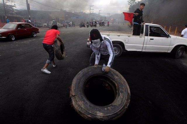 Seguidores del opositor Nasralla organizando una barricada en Tegucigalpa