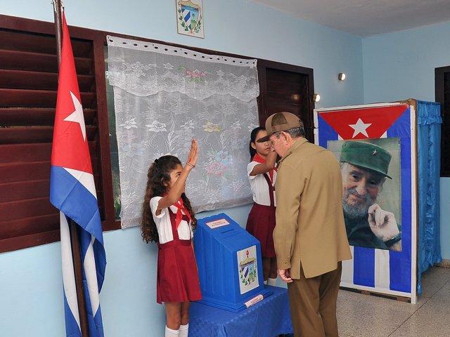 Raúl Castro vota en las elecciones municipales de Cuba