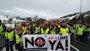 Foto: Decenas de personas cortan la N-1 a la altura de Briviesca (Burgos) por las 254 víctimas mortales en esta vía