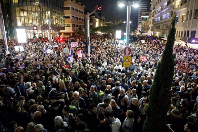 Decenas de miles de israelíes protestan contra la corrupción y Netanyahu
