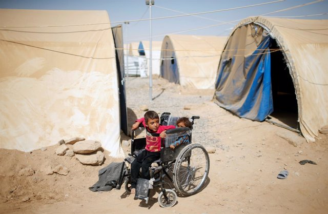 Niño discapacitado iraquí en un campo de desplazados cerca de Mosul
