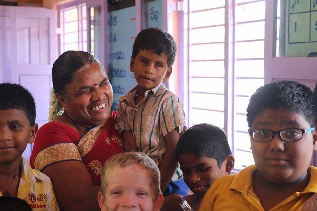 Profesora discapacitada en una escuela inclusiva de la FVF en India