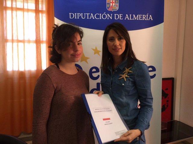 La diputada Carmen Belén y la nueva voluntaria Andrea Albert