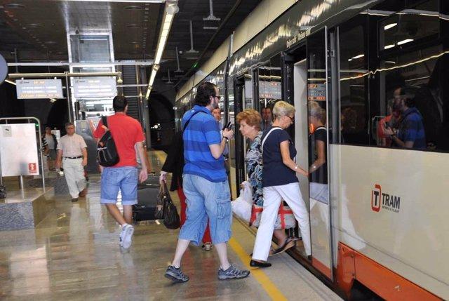 Usuarios del TRAM de Alicante