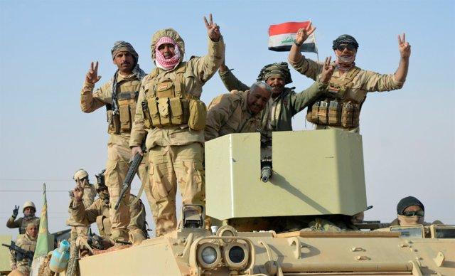 Militares iraquíes celebran victoria contra Estado Islámico