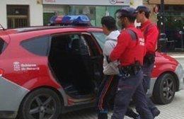 La Policía Foral llevándose a un detenido.